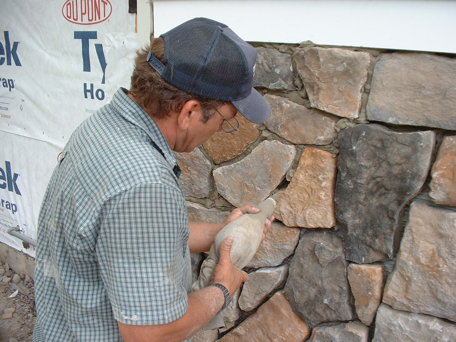 The stone work is finished, now we are installing the joints.